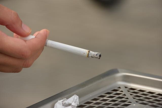 タバコの灰を落とす仕草