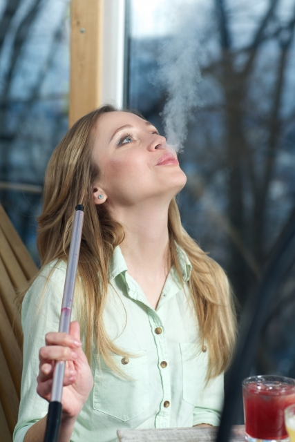 シーシャを吸う女性