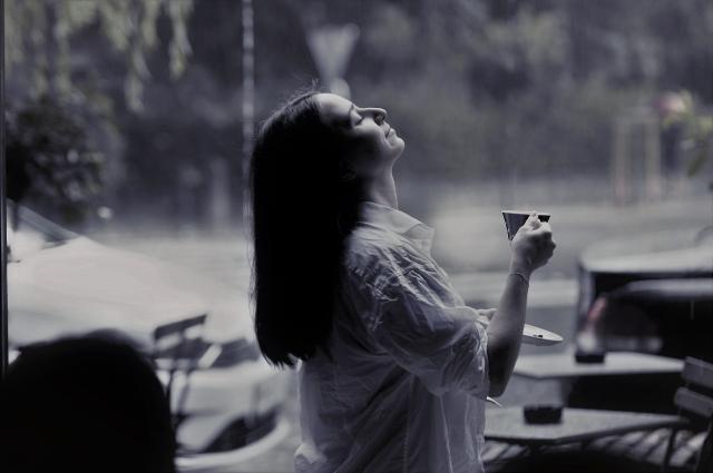 1人でコーヒーを飲む女性