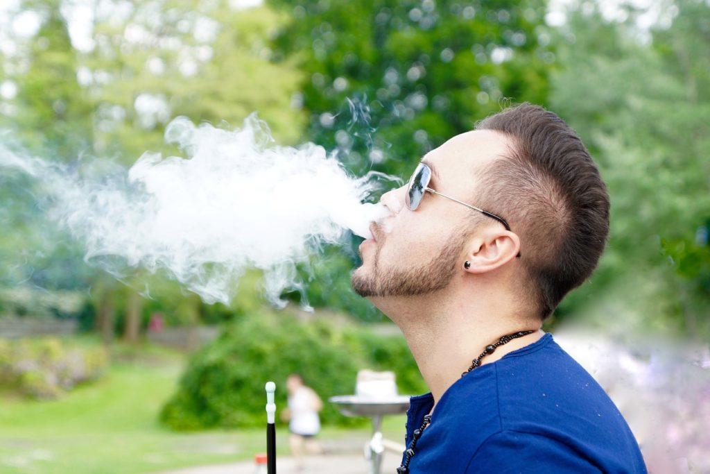 シーシャを吸う男性