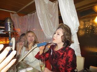 シーシャ(水タバコ)を吸うデヴィ夫人