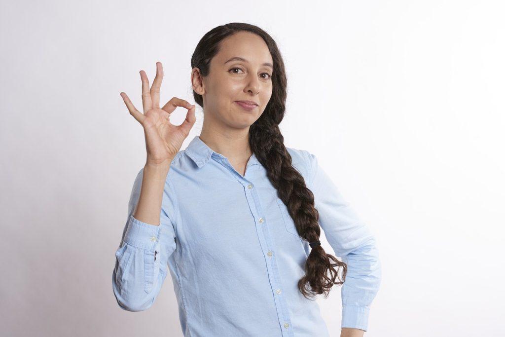 OKポーズをしている女性